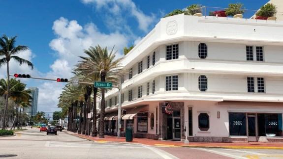 Aunque el gobernador DeSantis se resiste a una cuarentena generalizada, muchos municipios, como Miami Beach, solicitaron a sus residentes que se queden en sus casas.