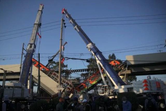 Grúas trabajan en un sitio donde un paso elevado de un metro colapsó parcialmente con vagones de tren en la estación de Olivos en la Ciudad de México, México, 4 de mayo de 2021. REUTERS / Henry Romero