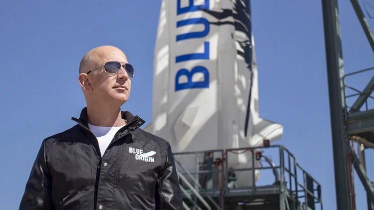 Jeff Bezos frente a un cohete de su empresa Blue Origin