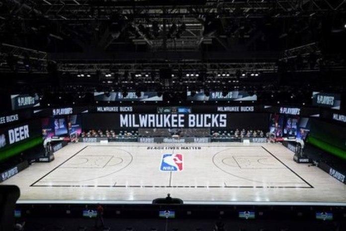 Milwaukee Bucks inició la protesta en el partido ante Orlando Magi (USA TODAY Sports)