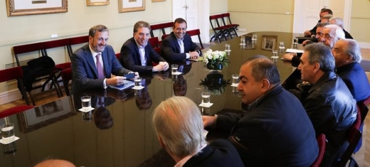 Funcionarios yla dirigencia de la CGT, en la Casa de Gobierno (foto de archivo)