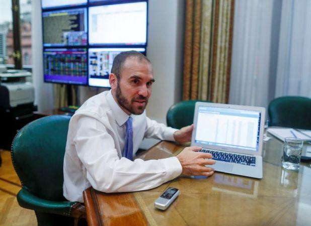 El ministro de Economía argentino, Martín Guzmán, muestra un gráfico durante una entrevista con Reuters en Buenos Aires., Argentina. Foto de archivo 11 mar 2020.  REUTERS/Agustin Marcarian
