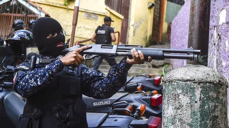 Las FAES (Fuerza de Acción Especial de la Policía Nacional Bolivariana) tomaron fuerza como grupo de tareas. De manera sigilosa, sin grandes operativos y con agentes anónimos -van siempre con la cara cubierta- se ocuparon de sofocar cualquier protesta en los barrios más pobres del país.