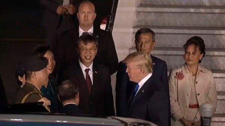 Trump fue recibido por funcionarios de Singapura y se espera que el lunes mantenga un encuentro con el primer ministro Lee Hsien Loong