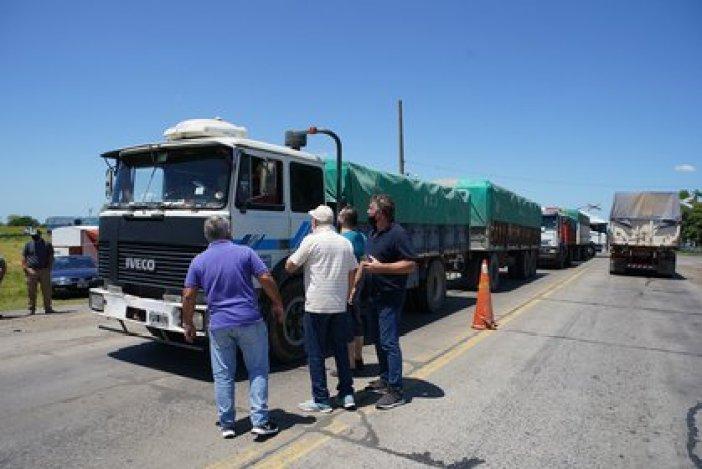 Ayer productores agropecuarios realizando controles de cargas en la provincia de Santa Fe. El cese de comercialización de granos finaliza hoy a las 24hs