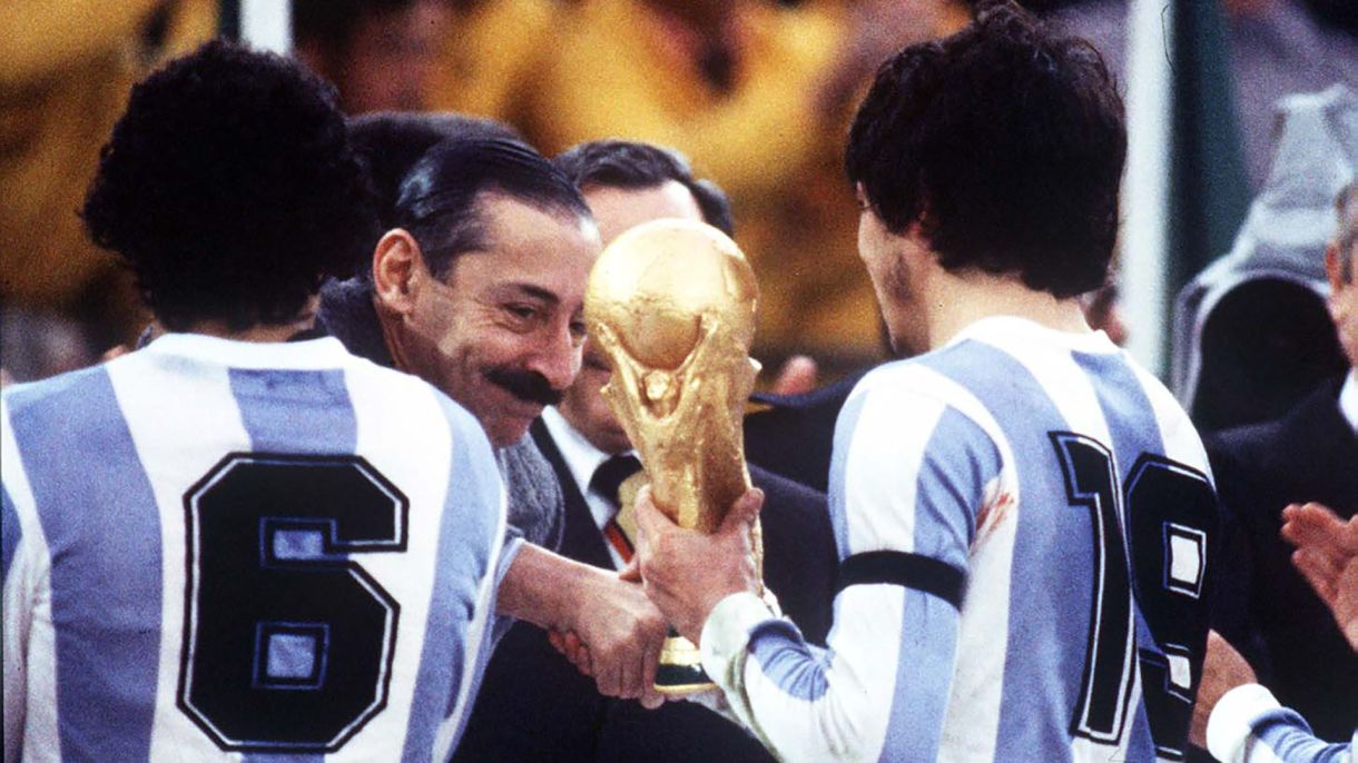 Passarella recibe la primera Copa del Mundo en 1978 (Foto Colorsport/Shutterstock)
