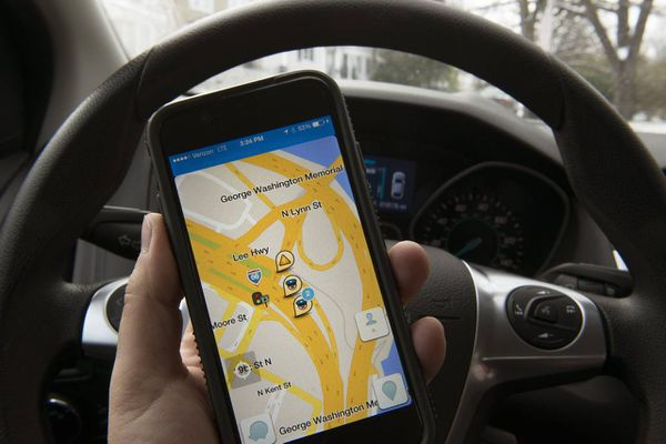 Las ciudades y los urbanistas responden a los desvíos de Waze con cambios en la dirección de las calles y rotondas. Pero los resultados son inciertos. (The Washington Post)
