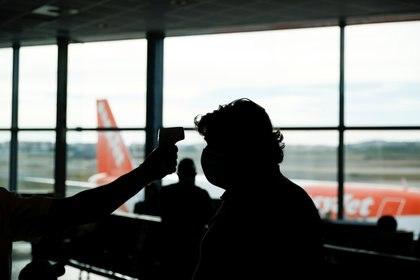 """""""Si te subís a un avión con coronavirus, o cualquier otra cosa relacionada con las vías respiratorias, correrás un riesgo considerablemente mayor cuando subas a la altura"""" (REUTERS)"""