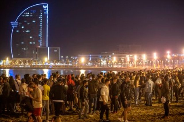 La multitud en la playa de Barcelona (AP)