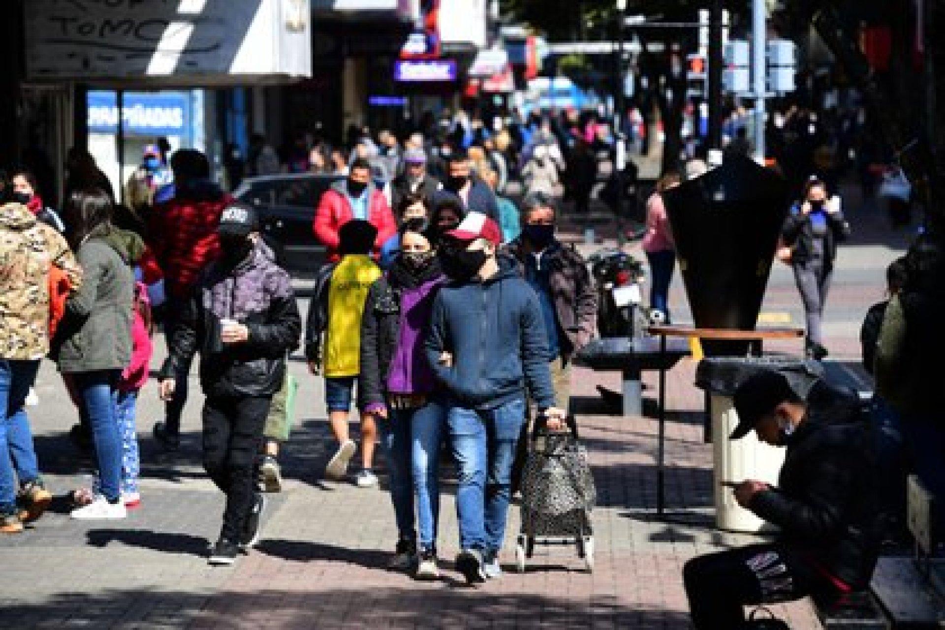 Paseos familiares, compras y poca distancia social (Centro comercial de Quilmes)