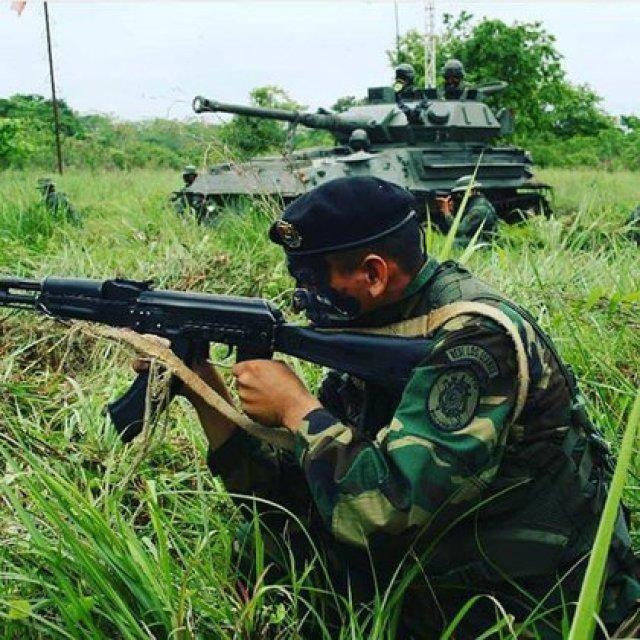 Comando de la 92 Brigada Caribe del Ejército venezolano junto a un tanque ligero FV 101 Scorpion 90 en una foto de 2018