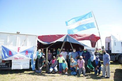 Un grupo de productores a la vera de la ruta 34, en Santa Fe (Foto: Franco Fafasuli)