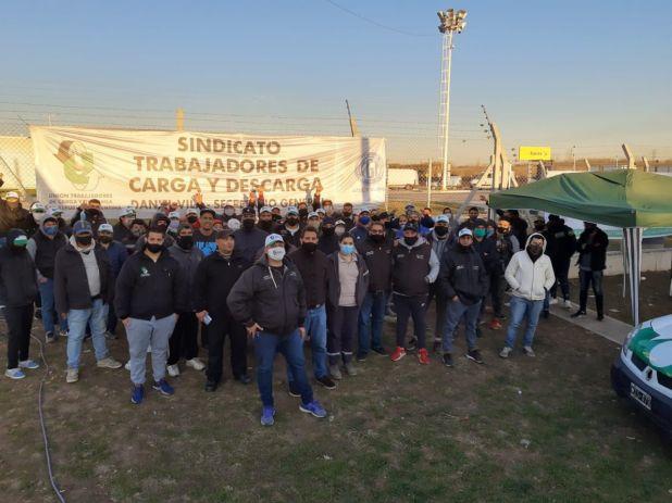 Activistas del Sindicato de Carga y Descarga hacen guardia en la puerta del centro de distribución de Mercado Libre en el Mercado Central por la amenaza de Pablo Moyano de que los camioneros podrían bloquear la entrada de nuevo