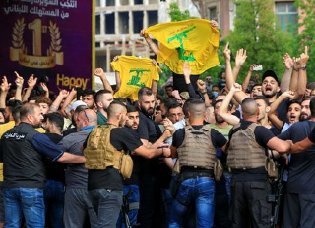 """""""Hezbollah ha entrenado a miles de activistas en las redes sociales a los que sostiene Irán, y así ha ayudado a crear los llamados 'ejércitos electrónicos' en toda la región"""", denunció The Telegraph. (REUTERS/Ali Hashisho)"""