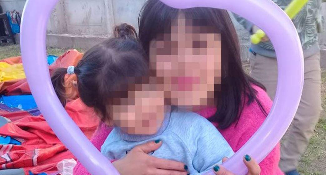 Miki y su hija en el hogar donde vive hoy.