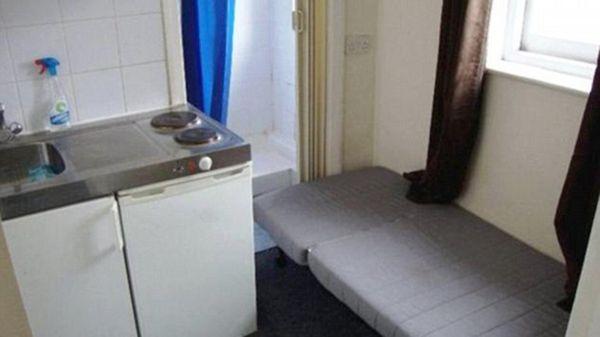 Para llegar al baño hay que maniobrar sobre la cama o bien plegarla sobre la pared (Rightmove)