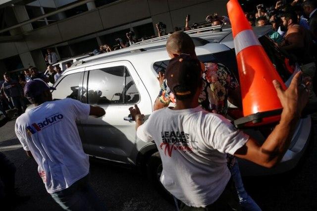 Una turba chavista agredió el auto que transportaba a Guaidó (REUTERS/Manaure Quintero)