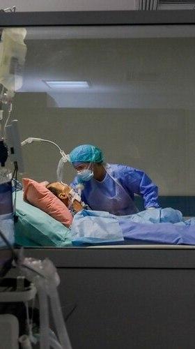 Un trabajador médico que usa equipo de protección personal cuida a un paciente en la unidad de cuidados intensivos (UCI) del hospital Sotiria en Atenas (Reuters)