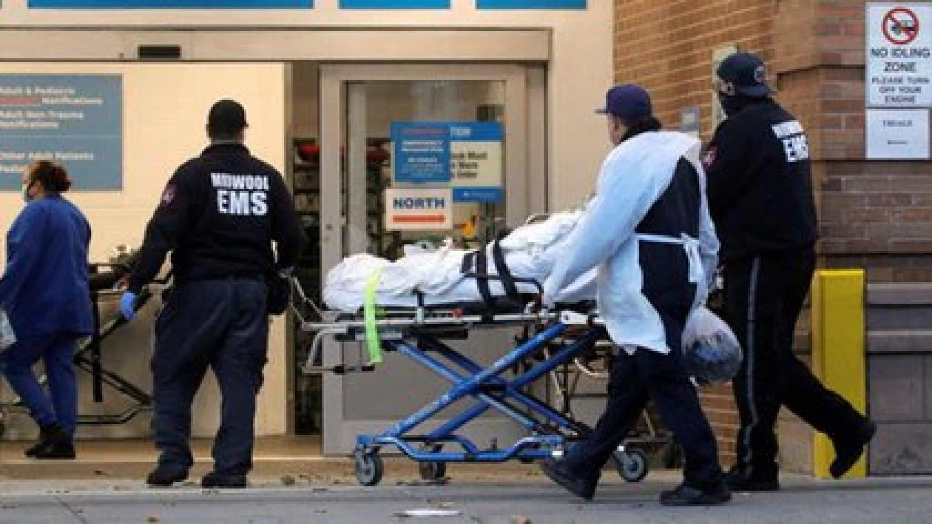 Imagen de un paciente llegando al Maimonides Medical Center, mientras contin�a la propagaci�n del COVID-19, en Brooklyn, Nueva York, Estados Unidos. 17 de noviembre, 2020.  REUTERS/Brendan McDermid