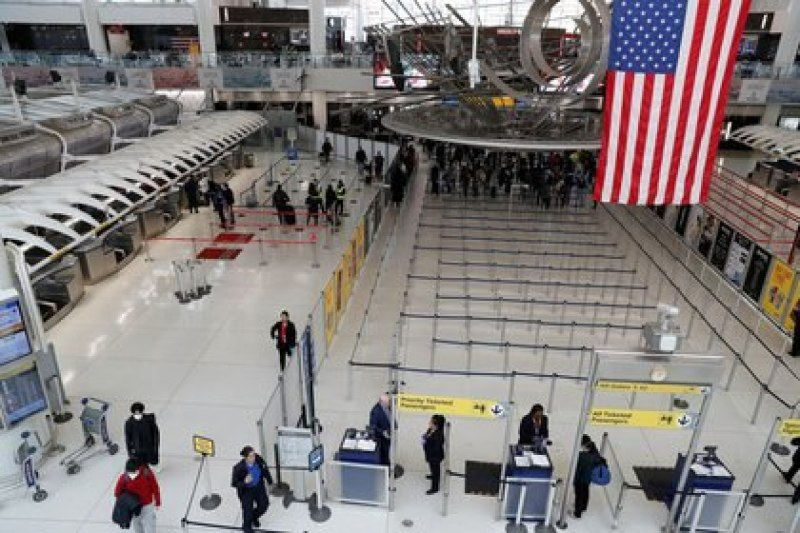 FILE PHOTO: Passengers in Terminal 1 at JFK International Airport in New York, USA, on March 13, 2020. REUTERS / Shannon Stapleton