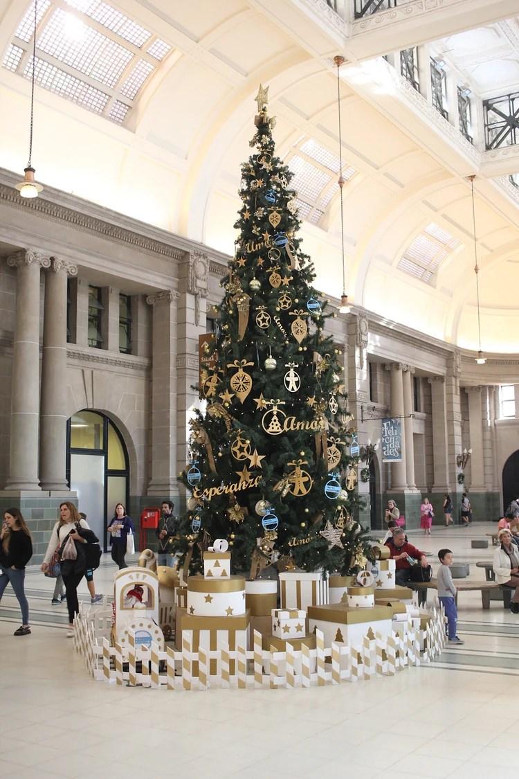 El árbol de la estación de retiro decorado en oro y azul con mensajes para las fiestas (Matías Baglietto)