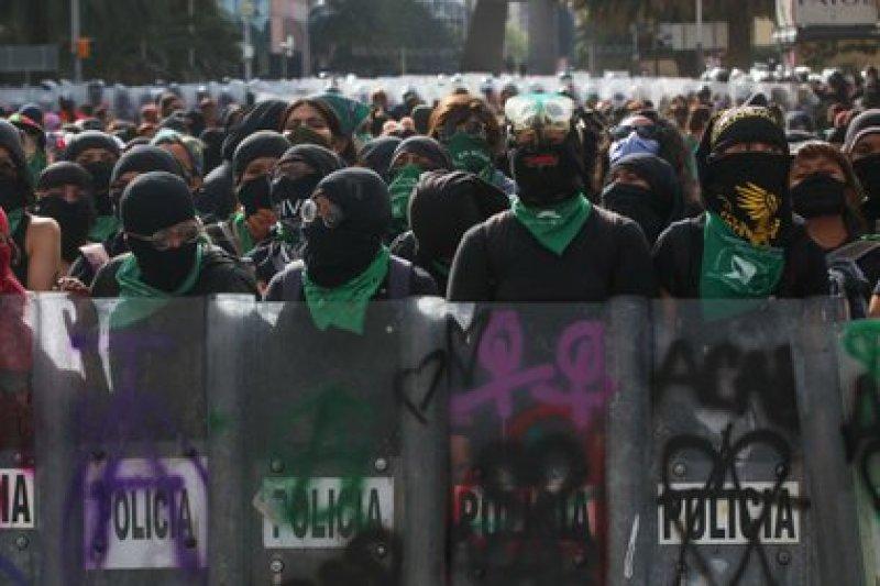 Elementos de la policía continuaron encapsulando a las mujeres feministas que se manifestaron en avenida Juárez alrededor de 5 horas (FOTO: GRACIELA LÓPEZ /CUARTOSCURO)