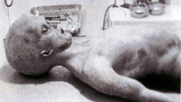 El incidente de Roswell. Incidente en 1947 cuando supuestamente se realizaron autopsias a extraterrestres que se estrellaron en el desierto de Nuevo México y luego fueron encubiertos por las autoridades estadounidenses. PLATILLOS VOLADORES, OVNIS, ALIEN