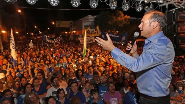 Omar Gutiérrez durante el festejo junto a la militancia y frente a la casa de gobierno de Neuquén
