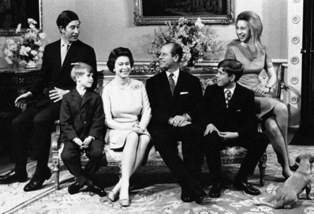 20 de noviembre de 1972. La reina Isabel II de Gran Bretaña y el príncipe Felipe con su familia en el Palacio de Buckingham, en Londres, con motivo de la boda de plata de la pareja real