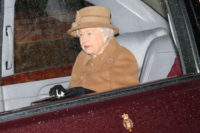 La reina Isabel de Gran Bretaña sale de la iglesia de Santa María Magdalena en Sandringham, Inglaterra, 12 enero 2020. (Foto: REUTERS/Chris Radburn)
