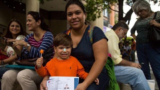 Verónica de Carrós junto a su hijo