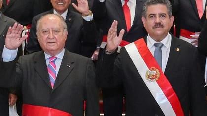 El ex presidente Manuel Merino y el ex primer ministro, Ántero Flores-Aráoz, fueron denunciados por homicidio tras la muerte de dos manifestantes el último fin de semana (Photo by Handout / PRESIDENCIA DEL PERU/ AFP)