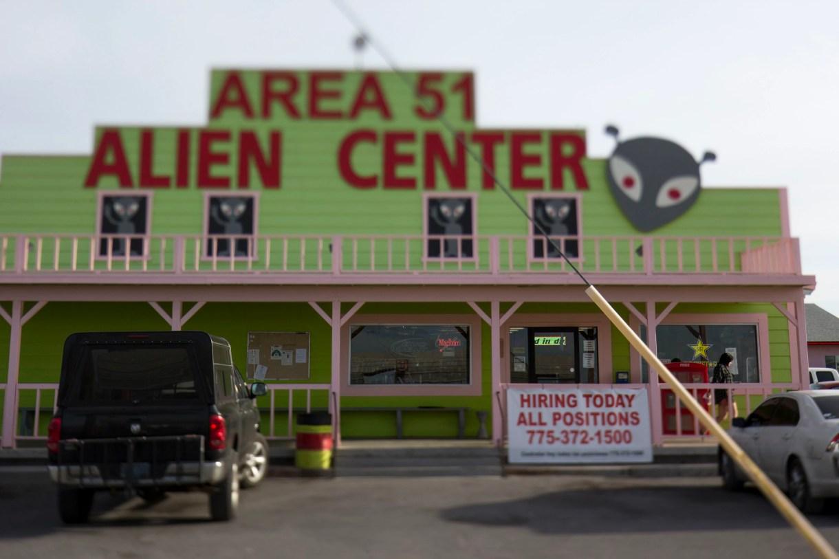 Esta fotografía del 6 de abril de 2018 muestra el establecimiento Area 51 Alien Center en el valle Amargosa, en Nevada, a casi 145 kilómetros (90 millas) al norte de Las Vegas. (Richard Brian/Las Vegas Review-Journal vía AP)