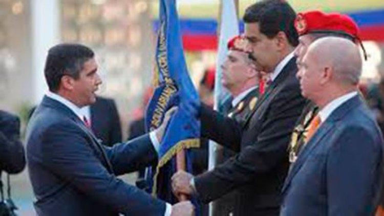 En esa foto con Maduro, dos hombres claves de la revolución: los MG Rodriguez Torres y Carvajal Barrios