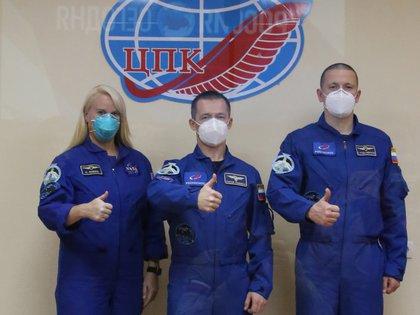 La astronauta estadounidense Kathleen Rubins y los cosmonautas rusos Serguéi Ryjikov y Serguéi Kud-Svershkov. EFE/EPA/Space Center Yuzhny/ROSCOSMOS HANDOUT HANDOUT EDITORIAL USE ONLY/NO SALES