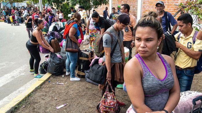 Migrantes venezolanos llegan al puesto fronterizo peruano del Centro Binacional de Atención Fronteriza (CEBAF) en Tumbes. Venezuela es el país que más puestos retrocedió en el ranking de prosperidad (Foto de Cris BOURONCLE / AFP)