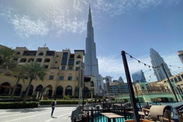 La gente camina fuera del centro comercial de Dubai después de que el Gobierno de los Emiratos Árabes Unidos suavizó el toque de queda y permitió la apertura de tiendas el 3 de mayo de 2020 (Reuters/ Abdel Hadi Ramahi/ Foto de archivo)