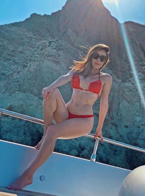 La guapa también acompañó a Carlos por Santorini, Grecia, donde lució sus trajes de baño. (Foto: Instagram)
