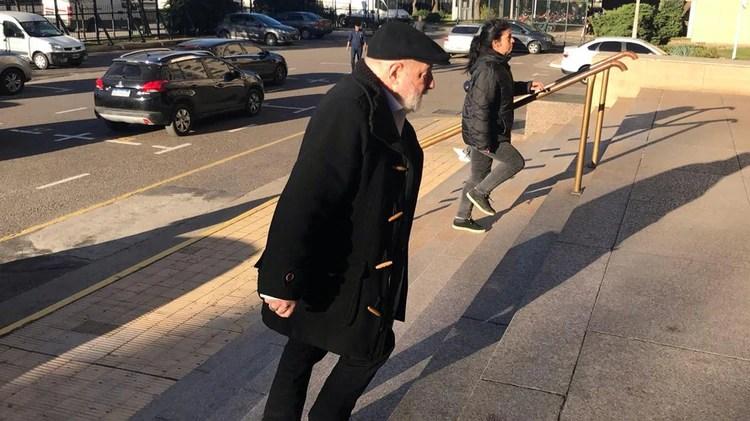 Claudio Bonadio, esta mañana, ingresando a Comodoro Py (Foto: @aizaguirref)