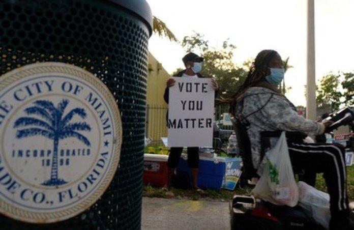 Florida, con 29 votos en el Colegio Electoral, es el premio mayor, y la diferencia entre ambos candidatos es ínfima. (REUTERS/Maria Alejandra Cardona)