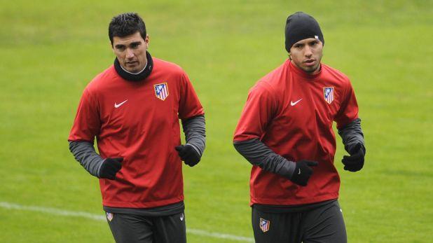 Reyes junto al Kun Agüero, en una entrenamiento del Atlético Madrid (AFP PHOTO / PIERRE-PHILIPPE MARCOUz)