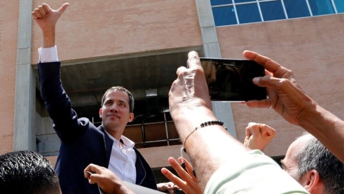 Juan Guaidó saluda a la gente que lo recibió en el aeropuerto Simón Bolívar (REUTERS/Carlos Jasso)