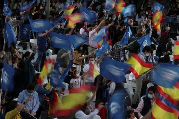 Simpatizantes del Partido Popular festejan el triunfo de su candidata, Isabel Díaz Ayuso. REUTERS/Susana Vera