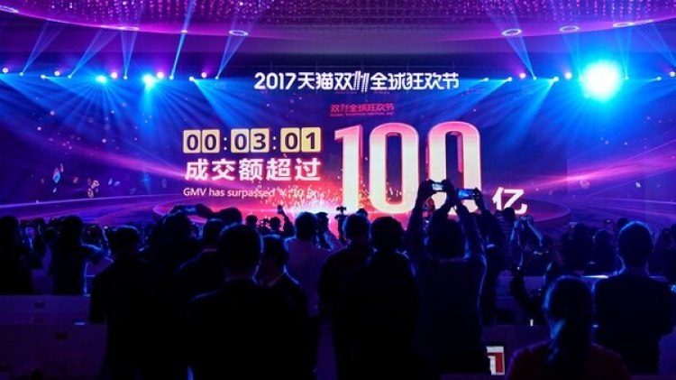 Una pantalla muestra el valor de los bienes que se están negociando en el festival de compras globales del Día del Soltero de Alibaba Group en Shanghai, China, el 11 de noviembre de 2017. (Reuters)