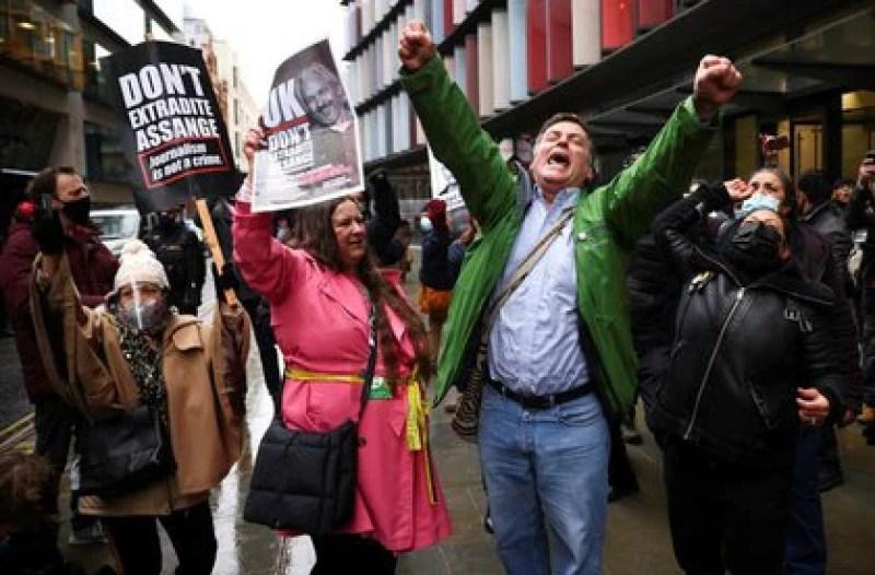 Varias personas celebran al exterior de los juzgados londinenses de Old Bailey después de que una juez británica falló que el fundador de WikiLeaks, Julian Assange, no puede ser extraditado a EEUU. 4 enero 2021. REUTERS/Henry Nicholls