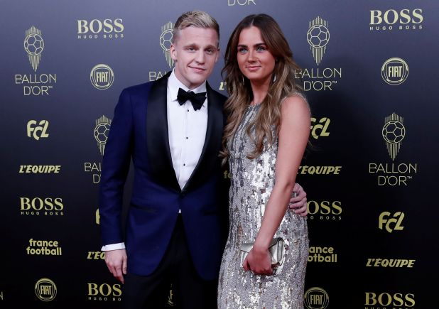 El futbolista del Ajax Donny van de Beek junto a su pareja