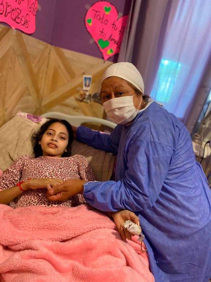 Diciembre 2020. Desde su casa, ubicada en el barrio San Martín, en Las Termas de Río Hondo, Abigail era supervisada por tres enfermeras y una doctora, todos profesionales de la salud de Las Termas de Río Hondo (Facebook)