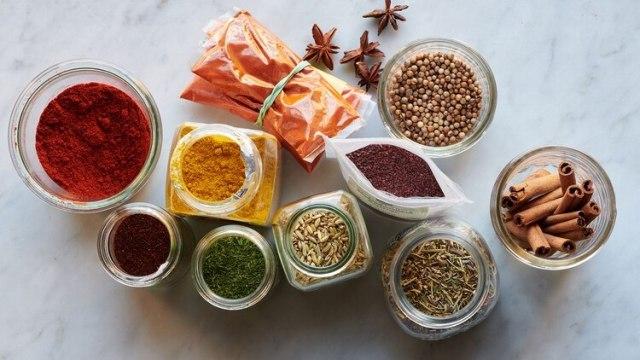 Un plan posible para este año: cocinar los restos de la especias antes de que se arruinen (David Malosh/The New York Times)