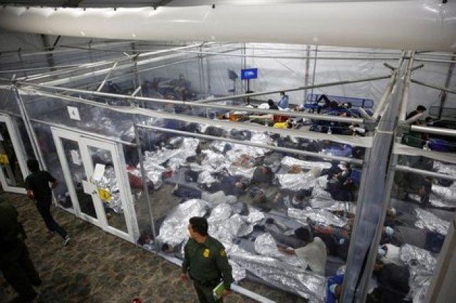 Niños migrantes descansan dentro de una cápsula en el centro de detención del Departamento de Seguridad Nacional de Donna, el principal centro de detención para niños no acompañados en el Valle del Río Grande administrado por la Oficina de Aduanas y Protección Fronteriza (CBP) de Estados Unidos, en Donna, Texas, el 30 de marzo , 2021. Dario Lopez-Mills/Pool vía REUTERS