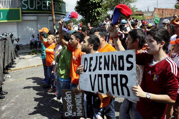 Un grupo devenezolanos protesta por su derecho avotar y a unas elecciones libres y justas (Reuters)